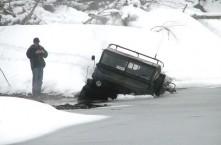 Unimog zakt door ijs (niet het betreffende incident)