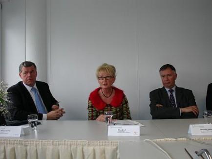 Opening Mobiliteitscentrum: v.l.n.r. Willem De Vries (Randstad), Wilna Wind (FNV) en Alexander Sakkers (TLN)