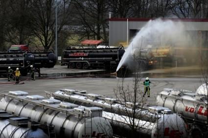 Tankwagen Van der Lee lekt zwavelzuur