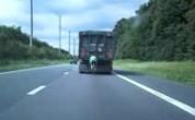 wielrenner achter truck videostill