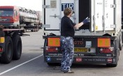 Chauffeur opent container