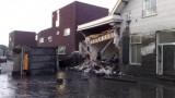 vrachtwagen met modder ramt huis