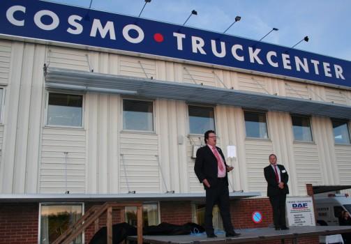 Aart de Koning, ceo van Koops Furness en de loco burgemeester van Markaryd Bengt Göran Söderland, onthullen het naambord aan het Cosmo Truckcenter in Markaryd