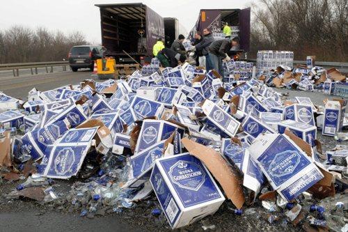 Truck verliest 10.000 flessen wodka