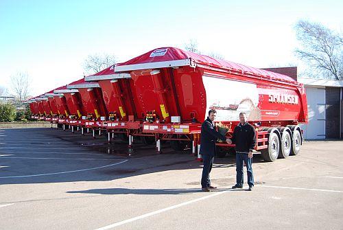 De officiële overhandiging van de voertuigen door Dhr. Joep van Koert van H.W. van der Peet & Zn aan Marcel Spaansen van Spaansen Grondstoffen en Logistiek BV