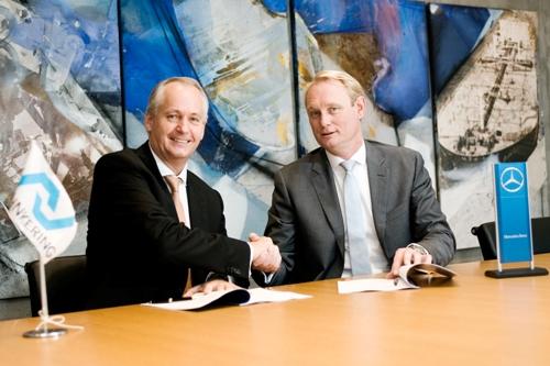 Hubertus Troska (hoofd Mercedes-Benz Trucks), links) en Cees van Gent, CEO Lehnkering, tekenen voor 220 trucks.