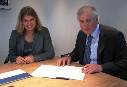 Ria Drost-Bouw namens de Belastingdienst en Jan Harbers namens Harbers Trucks ondertekenen het convenant.