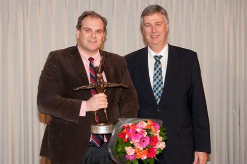 Directeur Robert Hogenbirk, links op de foto, kreeg een speciale trofee overhandigd door CEO Mercedes-Benz Nedeland B.V. Winfried Blum.