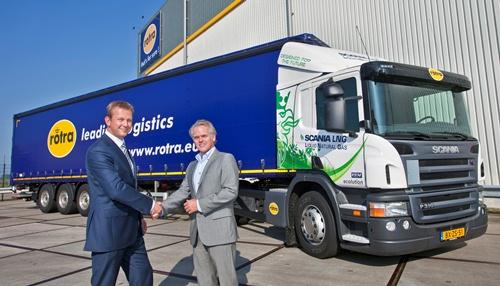 Harm Roelofsen (L), directeur van Rotra, wordt gefeliciteerd door Tom van de Mosselaar, Director Commercial Operations van Scania Nederland, met de ingebruikname van de Scania LNG trekker.