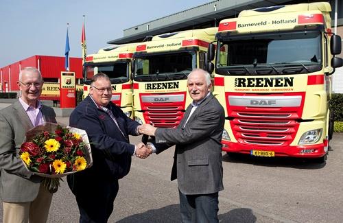 Marten Petersen overhandigt de sleutels van de drie nieuwe XF-Euro 6 DAF-trucks aan Aart Hooijer, algemeen directeur van Van Reenen Transport (links: Wim van Reenen).