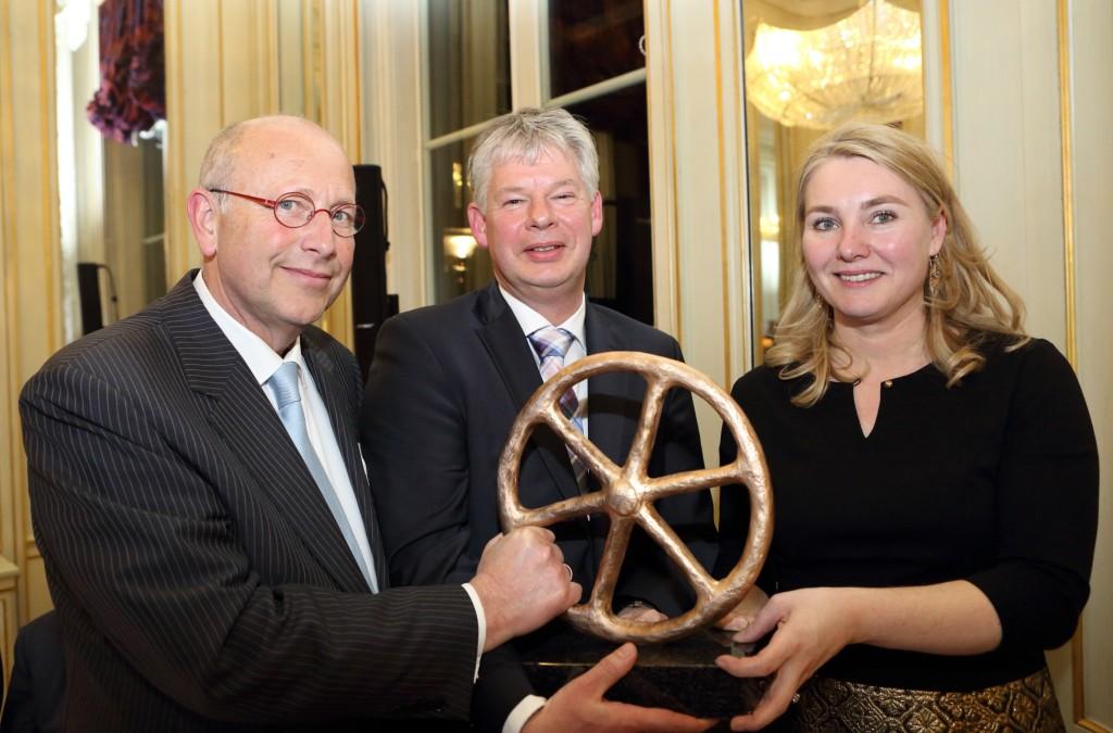V.l.n.r. op de foto: Roelf H. de Boer (algemeen voorzitter RAI Vereniging), Aernout van der Bend (directeur De Verkeersonderneming) en Melanie Schultz van Haegen (Minister Infrastructuur en Milieu).