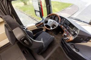 De werkplek van de chauffeur: de positie achter het stuur is optimaal in te stellen, alle knoppen zijn goed bereikbaar.