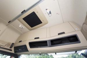 De GigaSpace cabine biedt veel ruimte op te staan. Ook opbergvakken zijn er voldoende, al zijn de onderste open vakken niet altijd handig.