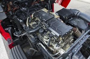 De zescilindermotor van de Actros heeft de cilinders tegenwoordig in een lijn liggen.