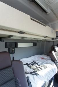 Het onderste bed is comfortabel, het bovenste bed is deels om te klappen om bagage goed op te kunnen bergen.