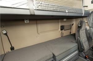 De chauffeursstoel snijdt flink in het onderbed. Het bovenbed is voor volwassenen niet echt breed.