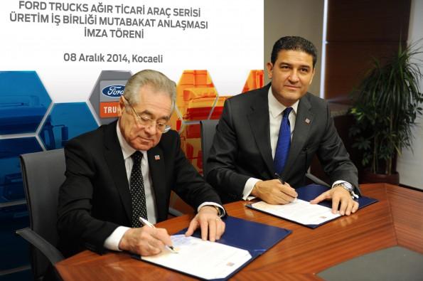 Valeriy Gorbunov (links), CEO van Avtotor, tekent de overeenkomst samen met Haydar Yenigün, ceo van Ford Otosan