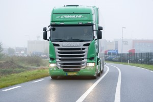 Ook in de vroege morgen is de nieuwe Scania R450 een imposante verschijning