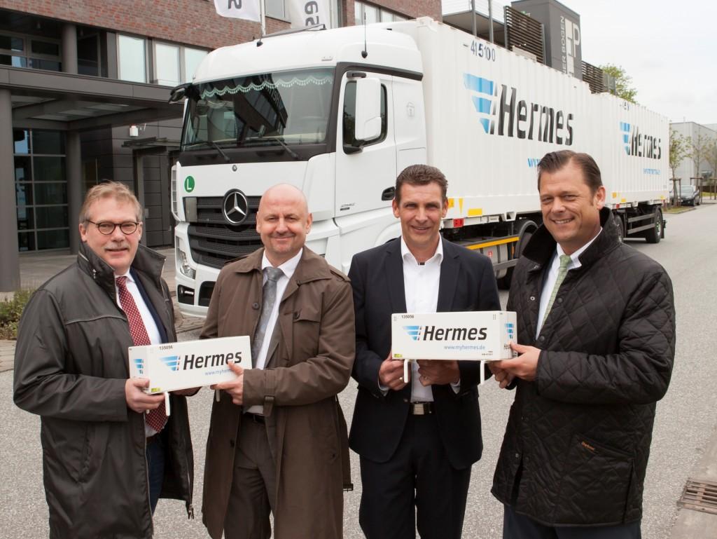 De officiële overhandiging in Hamburg met v.l.n.r. Bernd Brüggen (Eigenaar, firma Brüggen), Stephan Richter (General Manager, SEACO), Volker Stenzel (Equipment Management, Hermes) en Ingo Geerdes (Director KAM, Krone).