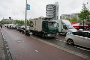 De Hytruck is helemaal op zijn plek in het drukke stadsverkeer van Amsterdam.