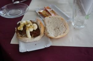 Lekker, zo'n broodje hamburger. Met mate kan het best.