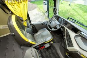 Er gaat van het interieur een zekere rust uit. Het dashboard van de FH is zeer strak. Het stuur is een van de fijnste uit de business.