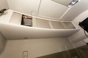 De kastjes boven de voorruit zijn ruim, maar voor de zekerheid zaten ook tegen de achterwand kastjes.