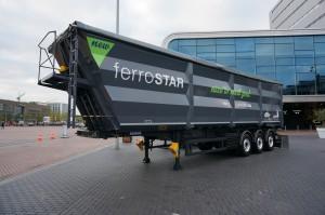 Op het buitenterrein toonde Van der Peet een Lück Ferroliner, een volumekipper uitgevoerd met een Hardox kipbak, speciaal voor het vervoer van schroot, afval en andere recyclingproducten.