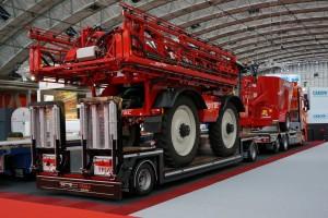 Trias Trailers toonde onder meer een combinatie van een vrachtwagen met open laadbak met een 20-tons schamelwagen erachter.