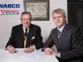 Pieter Sutorius (links), Trans-Safety Locks en  Robert Hauptmann van Wabco zetten de handtekeningen