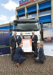Richard Zink (DAF Trucks), Andy van Nisselrooij (SUEZ), Eelco van Veen (DAF Trucks) en Albert Florijn (DAF Trucks) kijken toe als Richard Bierhuizen (SUEZ) het 100.000ste DAF MultiSupport reparatie- en onderhoudscontract ondertekent.