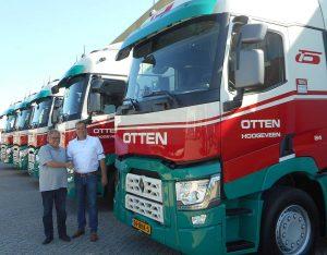 Links: Rudi Otten (directeur Otten Transport), rechts: Gerwin de Wit (directeur Renault Trucks-dealer Nijwa regio Groningen/Hoogeveen).