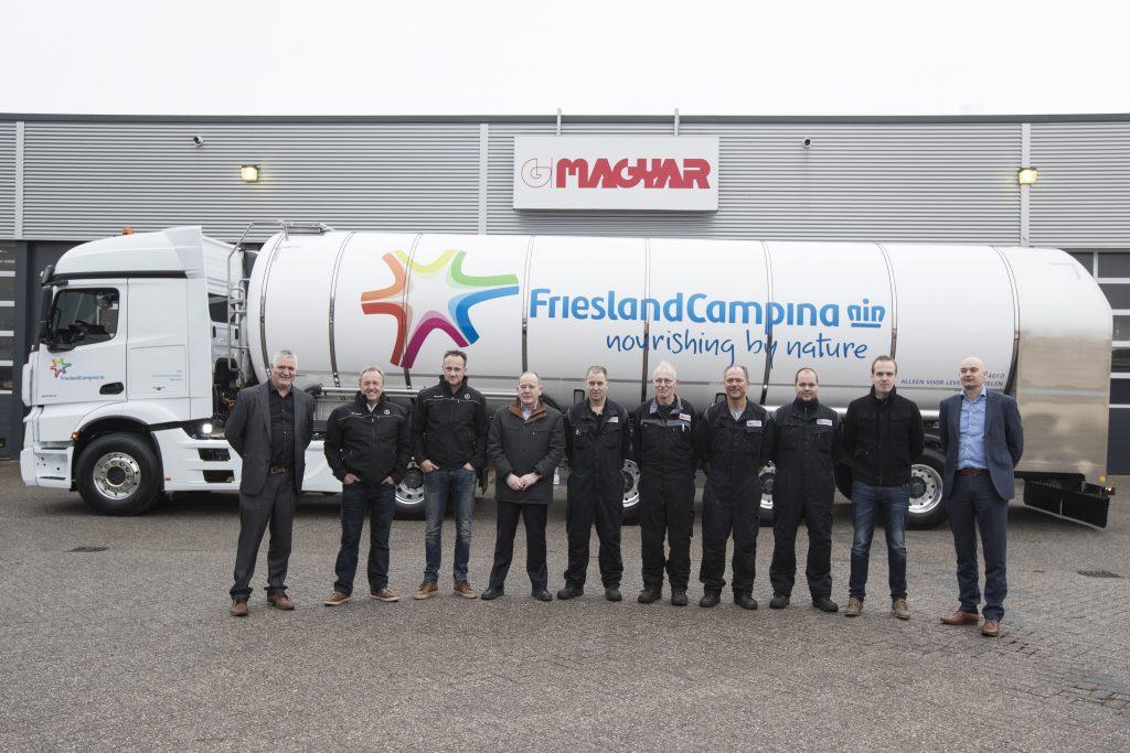 Lex Wildebeest (Wensink Doetinchem), Jan en Jeroen Kenkhuis (Firma Kenkhuis Wierden), Jan en Simon Bargeman (G. Magyar) en Alfons Duteweerd (TTGNO Lochem) en de monteurs die aan de trailer hebben gewerkt.