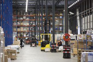 In het warehouse van Estron worden de binnenkomende goederen gegroepeerd voor ferrytransport naar het Verenigd Koninkrijk.
