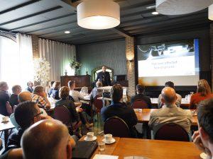 Organisator van de ontbijtsessie Tom Burgers van De Jong Telematica gaf een duidelijk inzicht over hoe transporteurs samen met TLN of bij zijn bedrijf hun administratie strak in de hand kunnen houden.