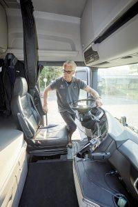 Het afgeplatte stuur zorgt ervoor dat je makkelijker de cabine in stapt. De stahoogte is formidabel in deze Highline cabine.
