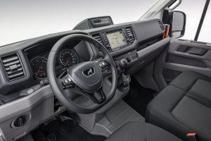 Het interieur is gelijk aan dat van de Crafter. Klein detail: de tacho-unit op het dashboard.