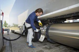 LNG tanken vereist aandacht en kunde. Er zijn strikte veiligheidsvoorschriften.