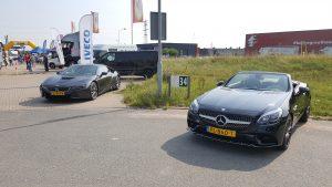 Hippe personenauto's waren er ook, zoals deze BMW i8 en de Mercedes-Benz SLC 180