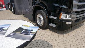 De Scania S580 V8, met een toepasselijke editie van TTM.nl magazine