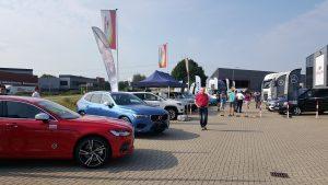 Gedurende de ochtend werd het steeds drukker in Doetinchem. Links de Volvo's van Harrie Arendsen.