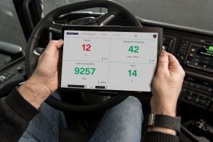 Waarbij de chauffeur van de volgwagens vooral overal af moet blijven. Hopelijk krijgt hij dan wel iets leukers te zien op die tablet.