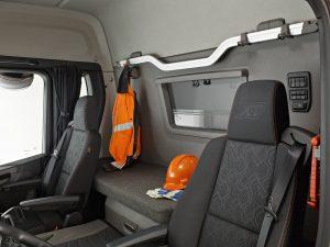 Het interieur van een XT met slaapcabine. De stevige aluminium beugel is functioneel en stijlvol.