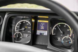Arocs – Performance Days 2017. Technische Daten: Mercedes-Benz Arocs 2648 K 6x4 mit Turbo-Retarder-Kupplung, Interieur, OM 471 Euro VI mit 350 kW (476 PS), 12,8 L Hubraum, G 330-12 Mercedes PowerShift 3, M-Fahrerhaus ClassicSpace 2,3 m // Arocs – Performance Days 2017. Technical Data: Mercedes-Benz Arocs 2648 K 6x4 with Turbo Retarder Clutch, Interior, OM 471 Euro VI rated at 350 kW/476 hp, displacement 12.8 l, G 330-12 Mercedes PowerShift 3, M-cab ClassicSpace 2.3 m.