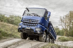 Arocs – Performance Days 2017. Technische Daten: Mercedes-Benz Arocs 3245 LK 8x4/4, Exterieur, stahlblau metallic, OM 471 Euro VI mit 330 kW (449 PS), 12,8 L Hubraum, G 330-12 Mercedes PowerShift 3, M-Fahrerhaus Low Roof 2,3 m // Arocs – Performance Days 2017. Technical Data: Mercedes-Benz Arocs 3245 LK 8x4/4, Exterior, steel-blue metallic, OM 471 Euro VI rated at 330 kW/449 hp, displacement 12.8 l, G 330-12 Mercedes PowerShift 3, M-cab Low Roof 2.3 m.