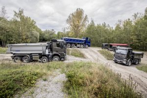Arocs – Performance Days 2017. From left: Mercedes-Benz Arocs 4148 AK 8x6/4, Exterieur, anthrazitgrau metallic, OM 471 Euro VI mit 350 kW (476 PS), 12,8 L Hubraum, G 330-12 Mercedes PowerShift 3, M-Fahrerhaus ClassicSpace 2,3 m // Mercedes-Benz Arocs 4148 AK 8x6/4, Exterior, anthracite gray metallic, OM 471 Euro VI rated at 350 kW/476 hp, displacement 12.8 l, G 330-12 Mercedes PowerShift 3, M-cab ClassicSpace 2.3 m.  Mercedes-Benz Arocs 3245 LK 8x4/4, Exterieur, stahlblau metallic, OM 471 Euro VI mit 330 kW (449 PS), 12,8 L Hubraum, G 330-12 Mercedes PowerShift 3, M-Fahrerhaus Low Roof 2,3 m // Mercedes-Benz Arocs 3245 LK 8x4/4, Exterior, steel-blue metallic, OM 471 Euro VI rated at 330 kW/449 hp, displacement 12.8 l, G 330-12 Mercedes PowerShift 3, M-cab Low Roof 2.3 m.  Mercedes-Benz Arocs 1846 LS 4x2 mit Hydraulic Auxiliary Drive, Exterieur, anthrazitgrau metallic, OM 470 Euro VI mit 335 kW (455 PS), 10,7 L Hubraum, G 281-12 Mercedes PowerShift 3, L-Fahrerhaus ClassicSpace 2,3 m // Mercedes-Benz Arocs 1846 LS 4x2 with Hydraulic Auxiliary Drive, Exterior, anthracite gray metallic, OM 470 Euro VI rated at 335 kW/455 hp, displacement 10.7 l, G 281-12 Mercedes PowerShift 3, L-cab ClassicSpace 2.3 m  Mercedes-Benz Arocs 2648 K 6x4 mit Turbo-Retarder-Kupplung, Exterieur, anthrazitgrau metallic, OM 471 Euro VI mit 350 kW (476 PS), 12,8 L Hubraum, G 330-12 Mercedes PowerShift 3, M-Fahrerhaus ClassicSpace 2,3 m // Mercedes-Benz Arocs 2648 K 6x4 with Turbo Retarder Clutch, Exterior, anthracite gray metallic, OM 471 Euro VI rated at 350 kW/476 hp, displacement 12.8 l, G 330-12 Mercedes PowerShift 3, M-cab ClassicSpace 2.3 m.