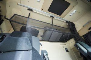 Achter in de cabine hangt geen tweede bed maar een handig bagagenet.