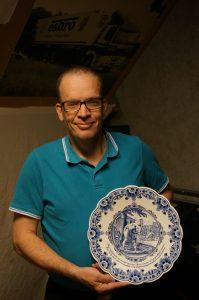 Theo Jansen poseert trots met zijn Delfts Blauwe DAF bord.