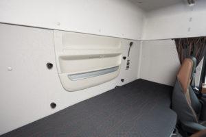 Een heerlijk bed, maar de achterwand had DAF omwille van het gewicht erg leeg gelaten.