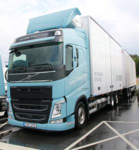 Een LZV op LNG? Kan ook, laat Volvo zien met deze 64 tons combinatie.